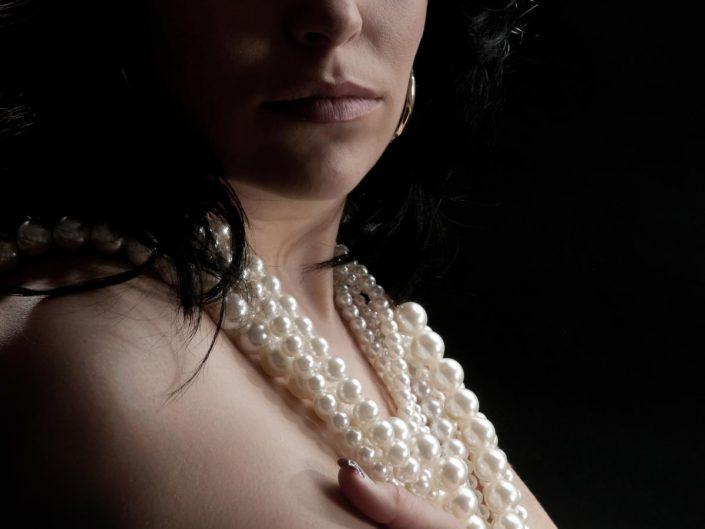 Aktfoto einer jungen Frau im Fotostudio