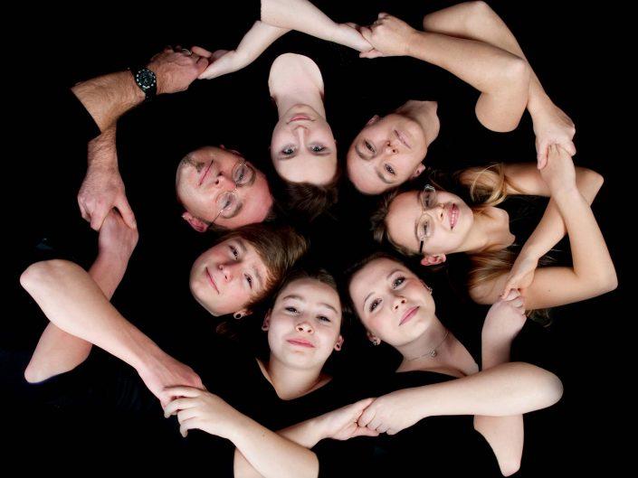 Studoportrait einer siebenköpfigen Familie