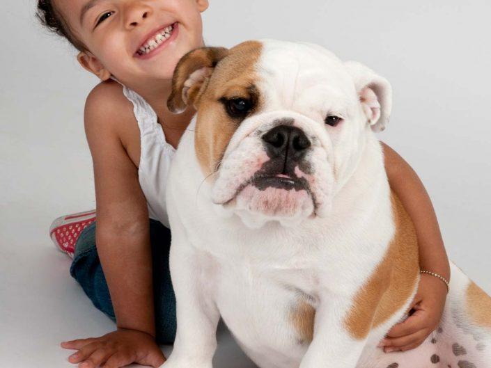 Kind mit junger Bulldogge
