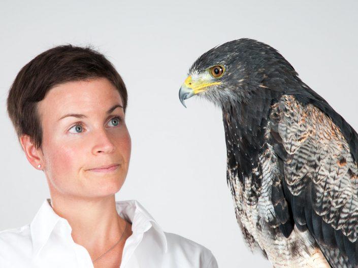 Werbeportrait einer Frau mit einem Adler